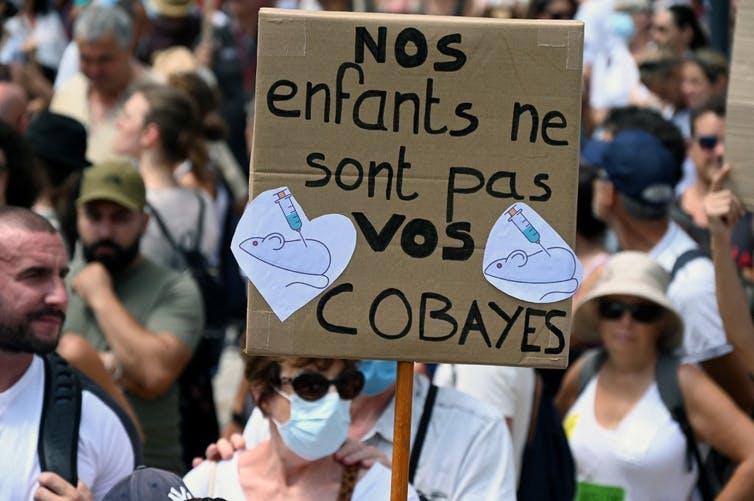 Des manifestants de Montpellier brandissent une pancarte disant nos enfants ne sont pas vos cobayes